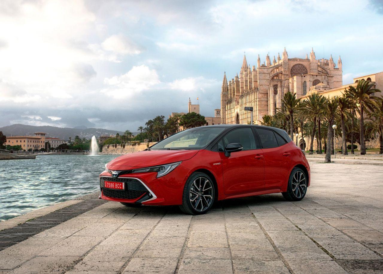 tres variantes de carrocería: Corolla (cinco puertas), Corolla Touring Sports (familiar) y Corolla Sedan (sedán). Todas las versiones son híbridas y tienen la etiqueta medioambiental ECO de la DGT