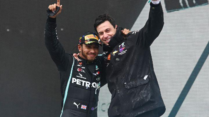 Lewis Hamilton firma por un año