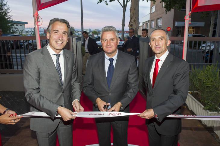 De izquierda a derecha: Emilio Herrera, Director General de KIA Motors Iberia, Narciso Romero, Alcalde de San Sebastián de los Reyes y Manuel Gómez Gerente de KMlB Retail