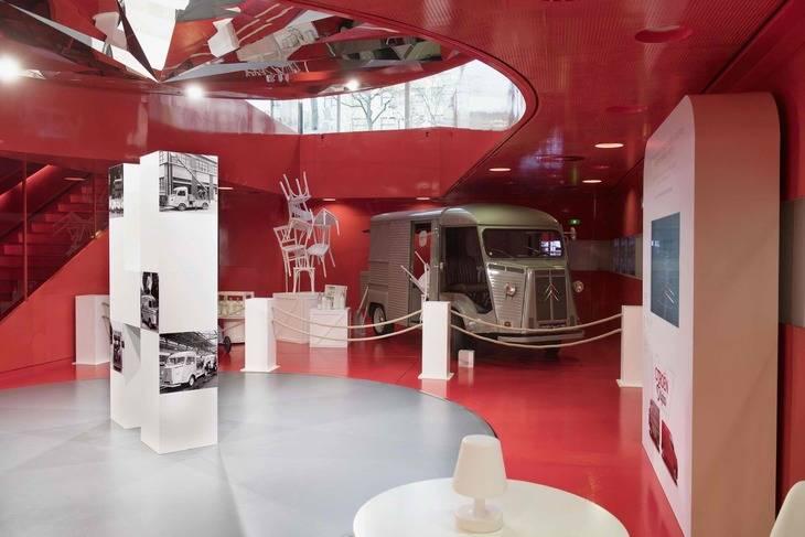 Citroen C 42 en Paris con varias animaciones