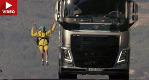 Volvo FH 540 y el truco con un parapente