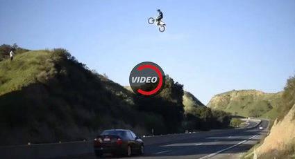 Salta con una moto una carretera