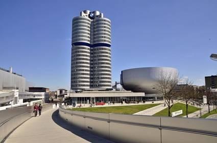 La torre principal fue construida entre 1968 y 1972 y fue completada justo a tiempo para los Juegos Olímpicos de Múnich 1972 seguido de su inauguración el 18 de mayo de 1973.