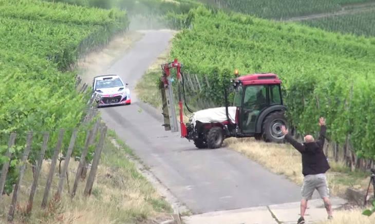 Un tractor se cruza en un Rally