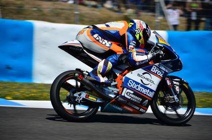 Philipp Oettl gana el Gran Premio de España tras la caída de Jorge Martín