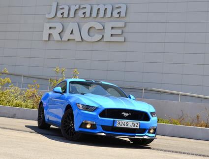 Un circuito, Jarama, un coche deportivo, Ford Mustang
