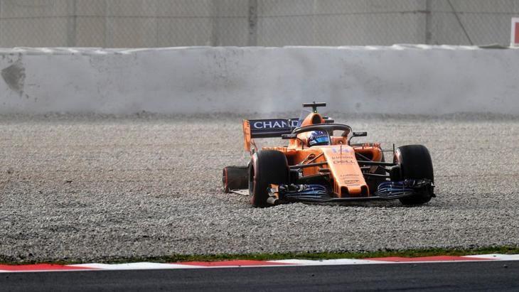 Fernando Alonso pierde una rueda