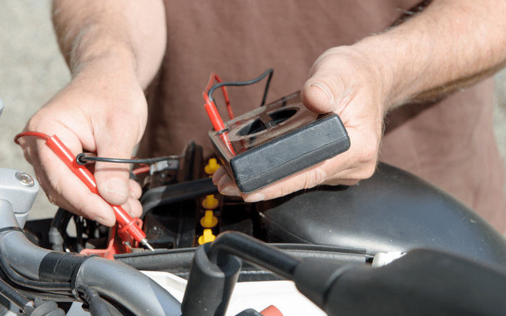 ¿Cómo saber si la batería de mi moto está dañada?