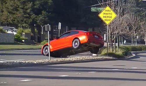 Un BMW M4 saltando la mediana
