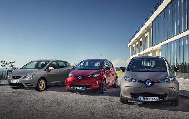 Renault ZOE eléctrico frente al Renault Clio y Seat Ibiza de gasolina