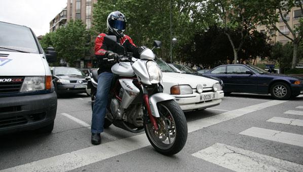 Las ventas de coches bajan un 6,6 por ciento y las motos suben un 16,4%