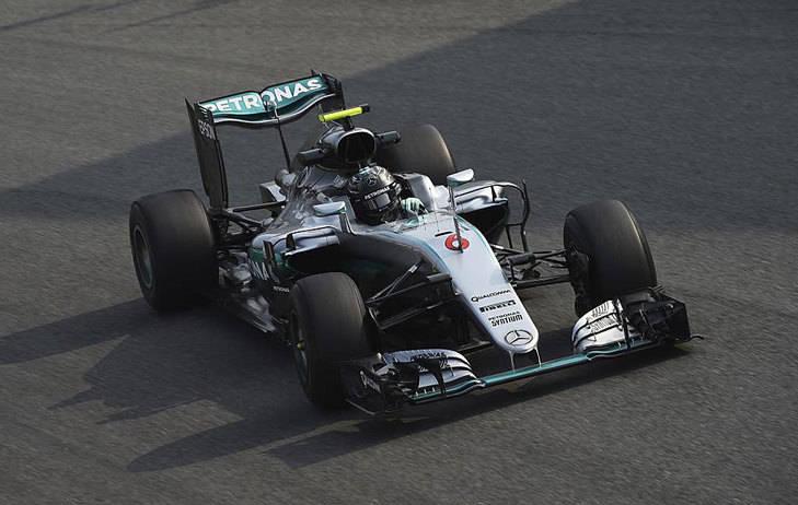 Hamilton lo pierde todo en la salida y gana Rosberg