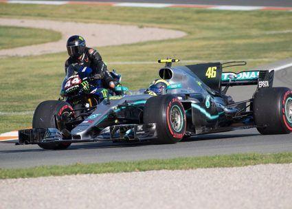 Vídeo del duelo entre Valentino Rossi y Lewis Hamilton