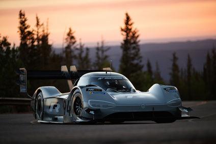 Dumas con el Volkswagen eléctrico supera el récord en Pikes Peak