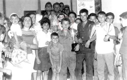 En el centro, Angel Nieto (13 años), a su lado, Tomás Díaz-Valdés (19 años). Junto a este Paco Martín (13 años)