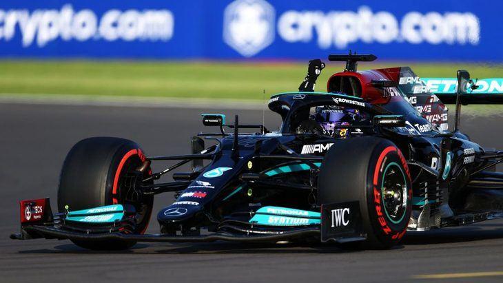 Hamilton vence a Verstappen en la clasificación y saldrá en primera posición en el nuevo formato de carrera Sprint.