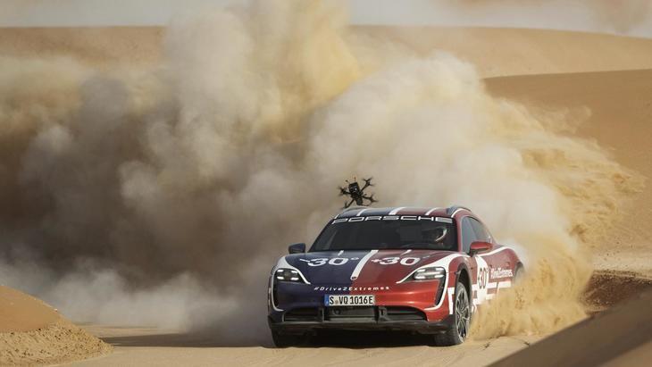 El Porsche Taycan Turbo Cross Turismo entre el hielo y el desierto