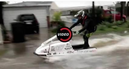 Mark Gómez y su moto de agua por las calles