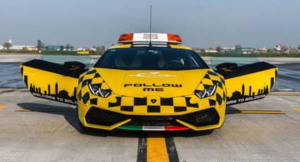 Lamborghini Huracan coche 'Follow Me' en el aeropuerto de Bolonia