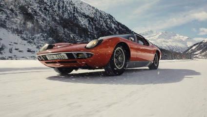 Lamborghini Miura haciendo 'drifting' en la nieve