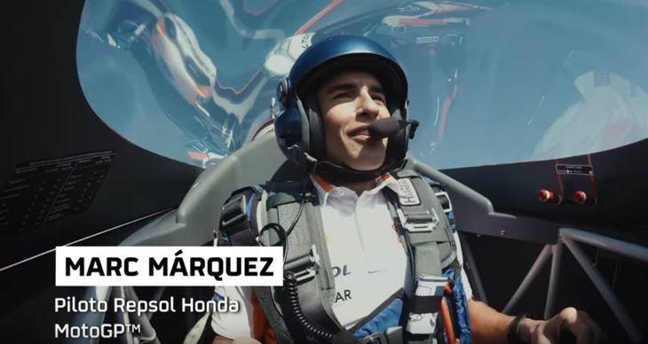 Marc Márquez disfruta en el aire junto a Juan Velarde