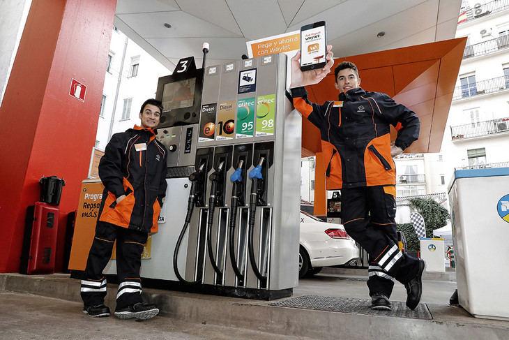 Márquez y Pedrosa se han vuelto gasolineros por un día
