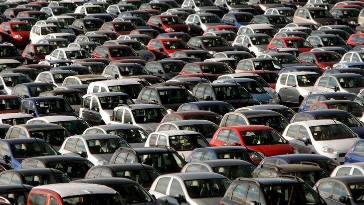 Las matriculaciones de coches cierran el año con una caida del 32,3%