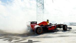 Red Bull realizó 'donuts' a más 200 metros de altura