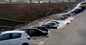 Un r�o se 'traga' docenas de coches