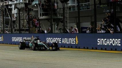 Hamilton gana ante la debacle de Ferrari