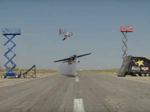 Una avioneta, un equilibrista y una moto de cross